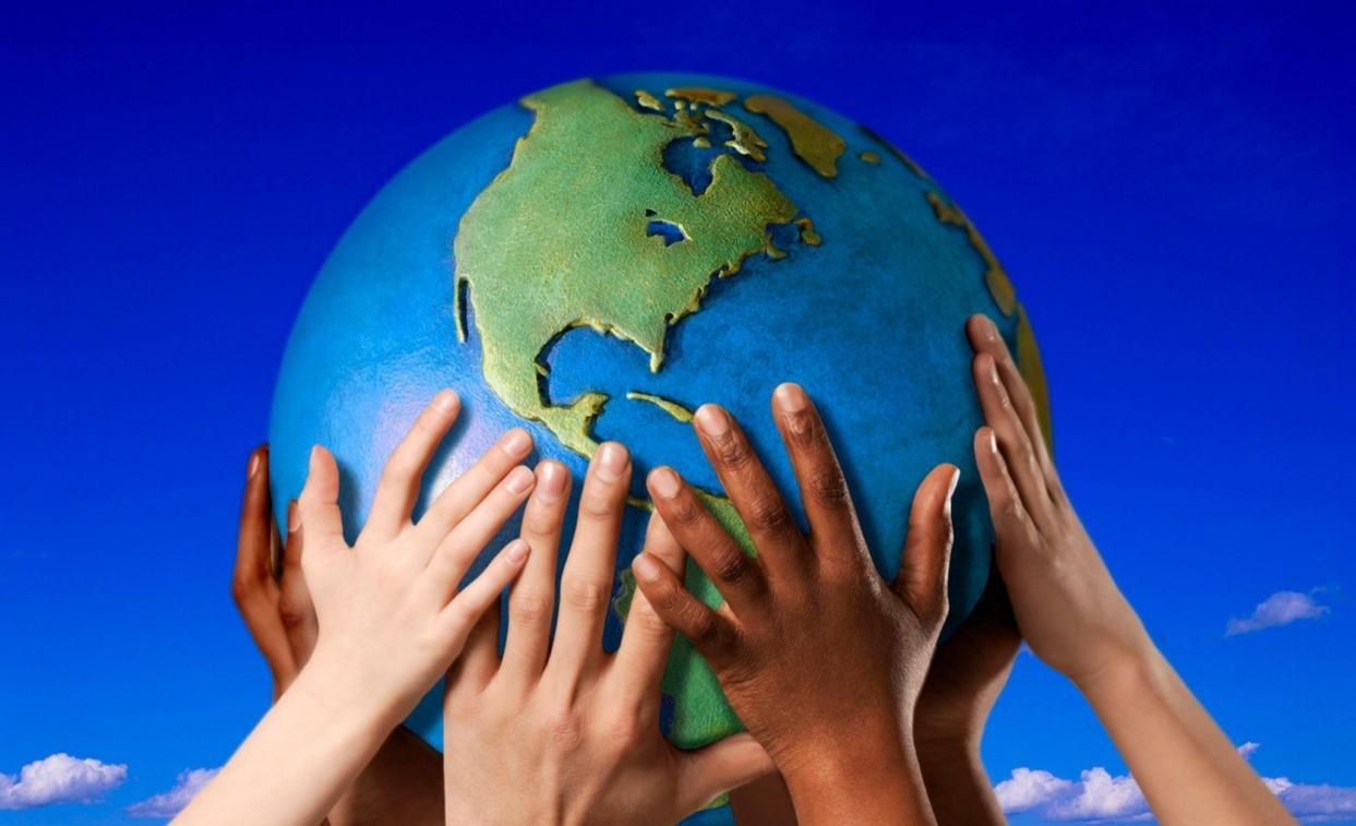 земной шар в руках детей