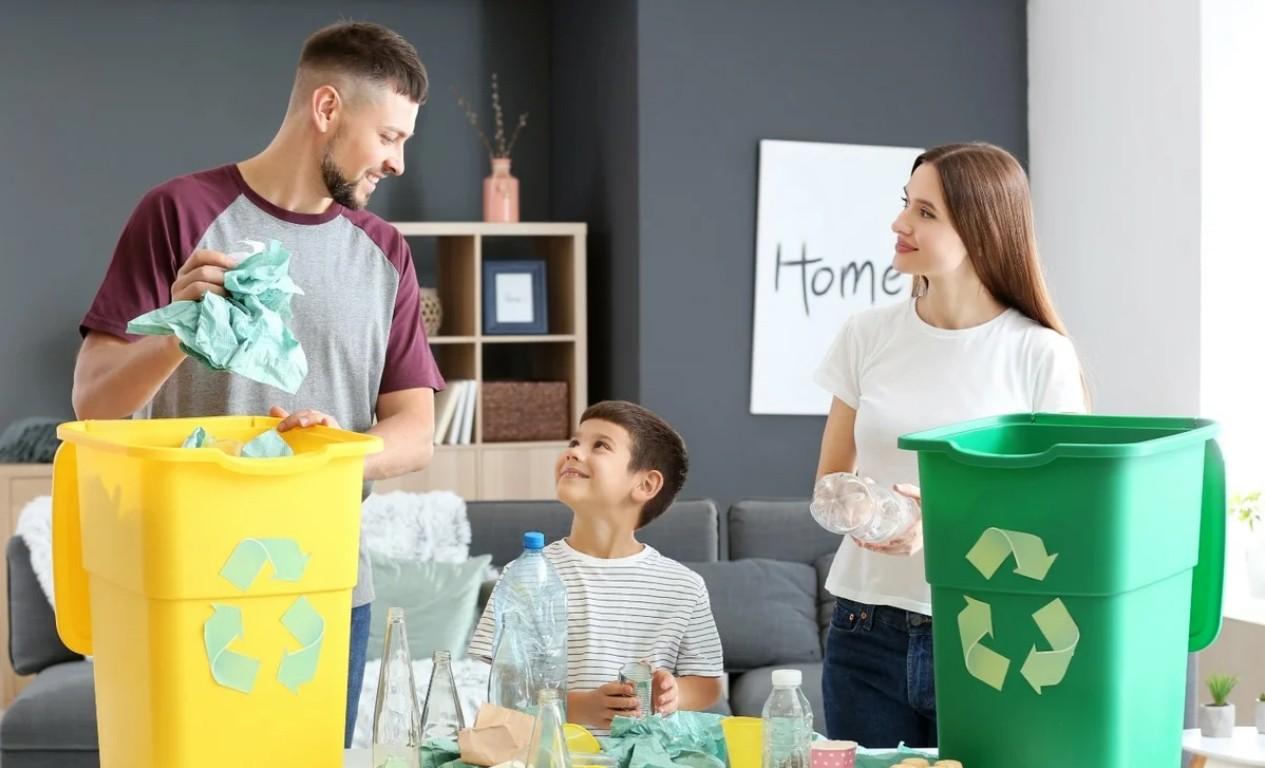 семья занимается сортировкой мусора