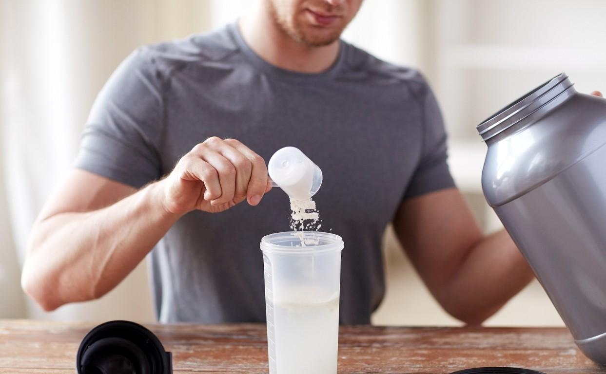 мужчина употребляет протеин