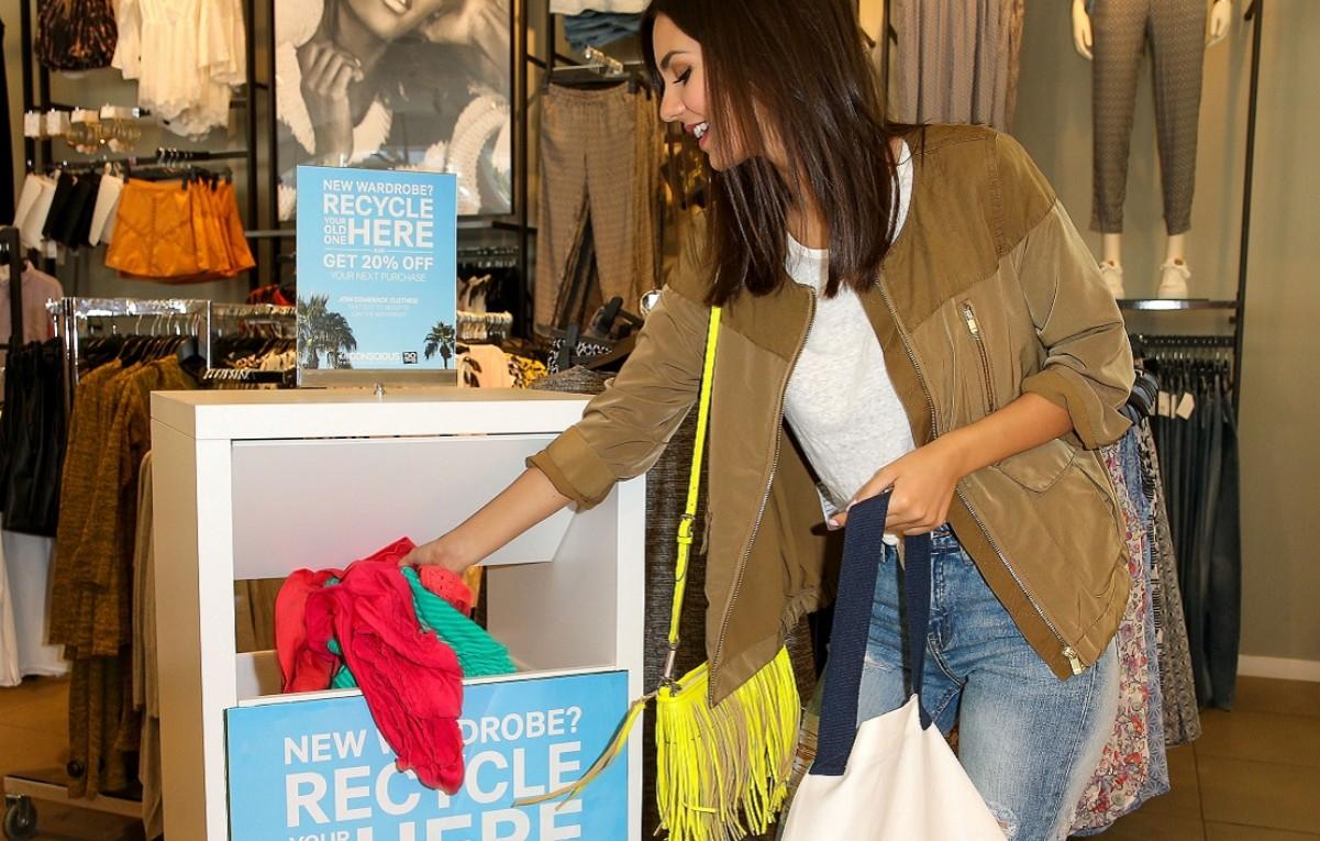 девушка сдает старые вещи в H&M