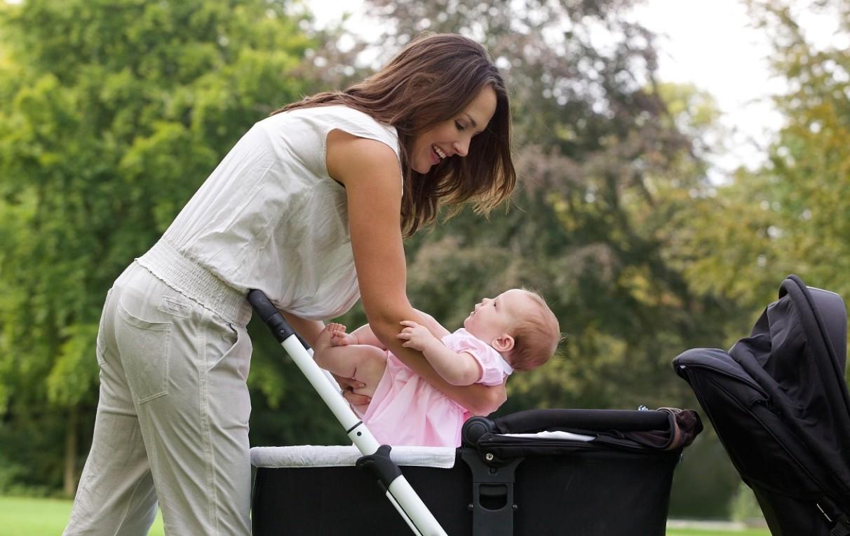 мама гуляет с ребенком